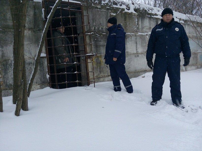 Рятувальники та поліцейські перевірили місця проживання безхатченків на Київщині (Фото), фото-1
