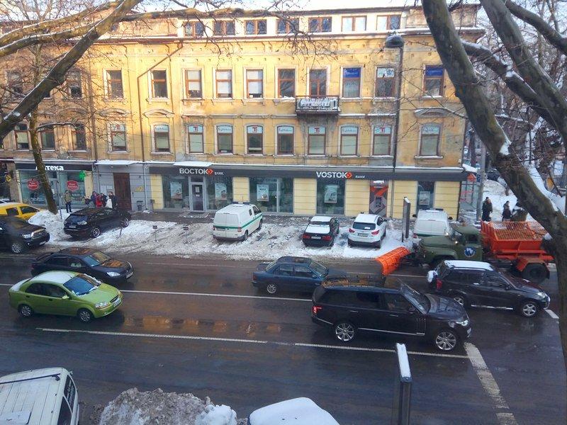 Снегоуборочная техника вместе с копами едут по центру Одессы против движения (ВИДЕО), фото-1