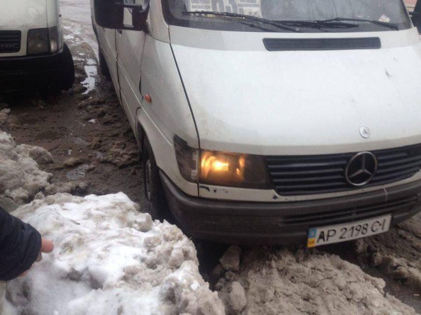 Запорожцы вынуждены перепрыгивать через снежную кашу, чтобы попасть в маршрутку, - ФОТОФАКТ, фото-6