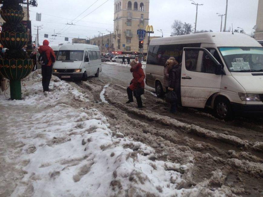 Запорожцы вынуждены перепрыгивать через снежную кашу, чтобы попасть в маршрутку, - ФОТОФАКТ, фото-7
