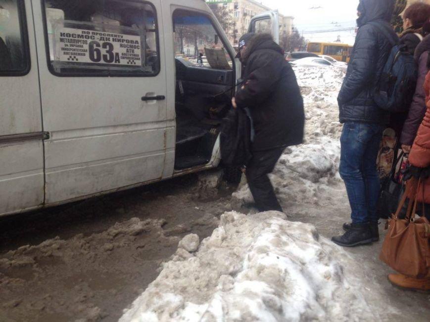 Запорожцы вынуждены перепрыгивать через снежную кашу, чтобы попасть в маршрутку, - ФОТОФАКТ, фото-2