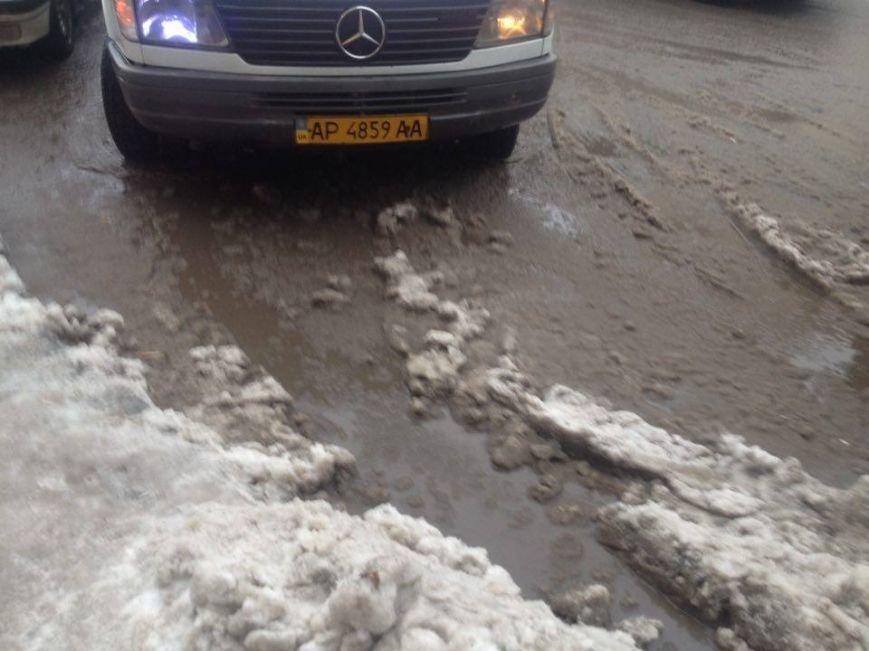 Запорожцы вынуждены перепрыгивать через снежную кашу, чтобы попасть в маршрутку, - ФОТОФАКТ, фото-4