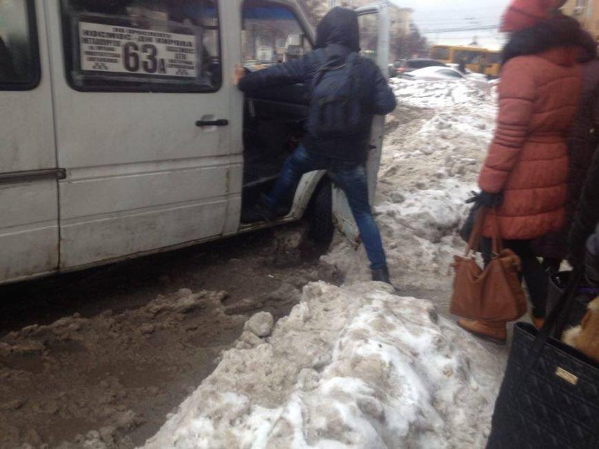 Запорожцы вынуждены перепрыгивать через снежную кашу, чтобы попасть в маршрутку, - ФОТОФАКТ, фото-3