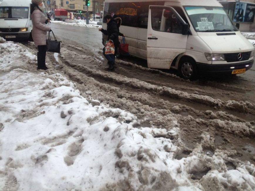 Запорожцы вынуждены перепрыгивать через снежную кашу, чтобы попасть в маршрутку, - ФОТОФАКТ, фото-9