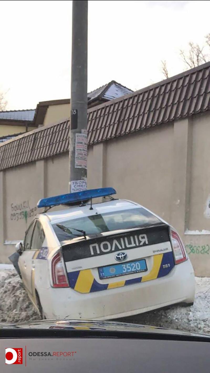 В Одессе полицейские на Приусе врезались в столб (ФОТО), фото-1