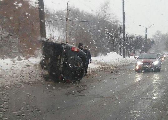 Во время движения опрокинулся автомобиль (ФОТО)