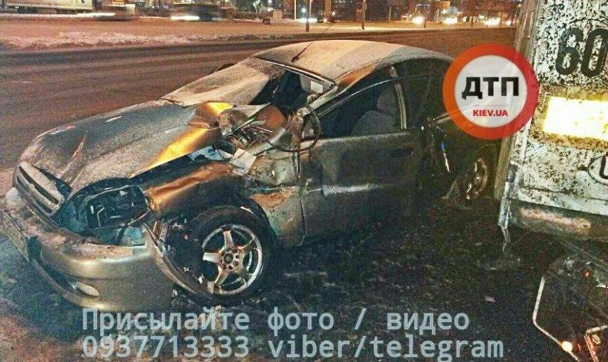 Авария на окружной: ночью автомобиль Деу врезался в припаркованный автомобиль, подробности на сайте, фото-1