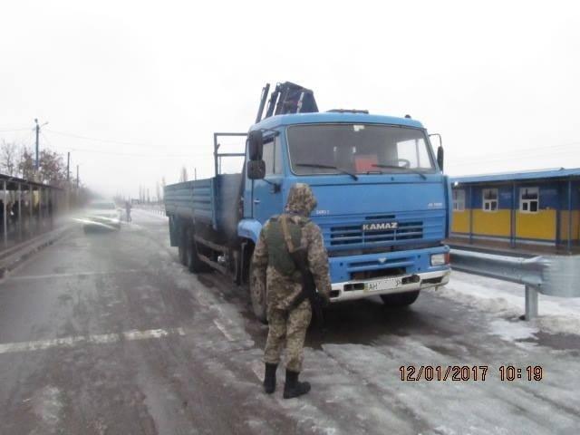 На админгранице с Крымом пограничники не пропустили грузовик и элитный автомобиль, фото-1