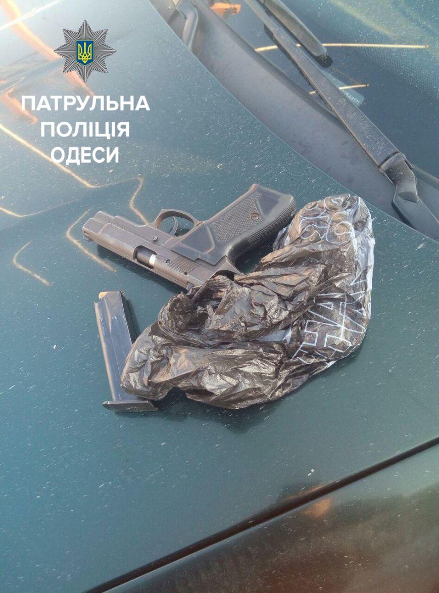 В Одессе двое мужчин устроили перестрелку, их задержали: один ранен, фото-1