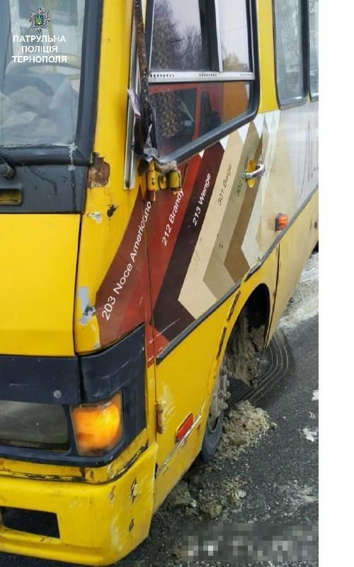 У Тернополі поблизу зупинки громадського транспорту маршрутка потрапила в ДТП: фото з місця аварії, фото-2