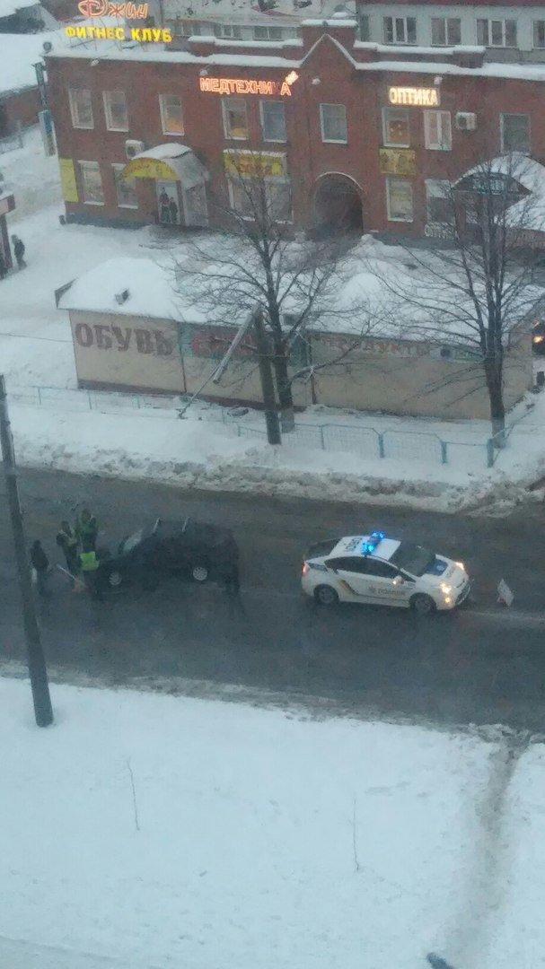 В Харькове уличный фонарь упал на автомобиль (ФОТО), фото-2
