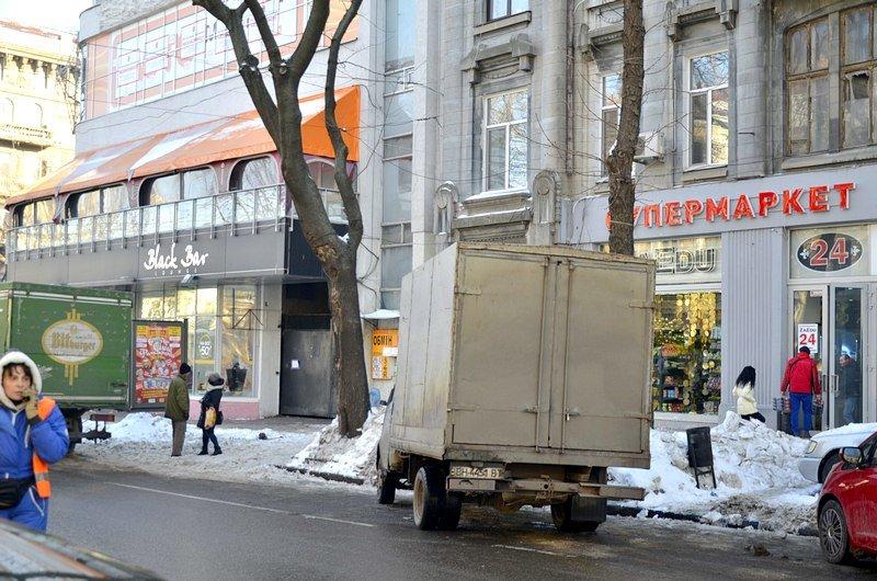 В Одессе грузовики возле магазинов осложнили ситуацию на дорогах (ФОТО), фото-8