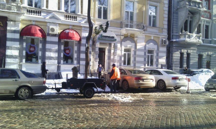В центре Одессы дворник бросал снег под колеса (ФОТО), фото-1