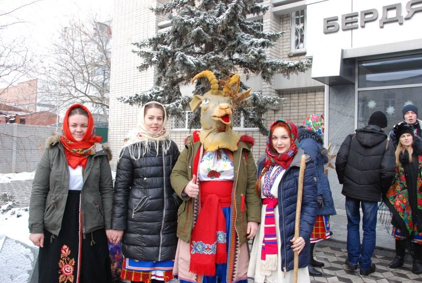 По Бердянску колядующие Козу водили, фото-2