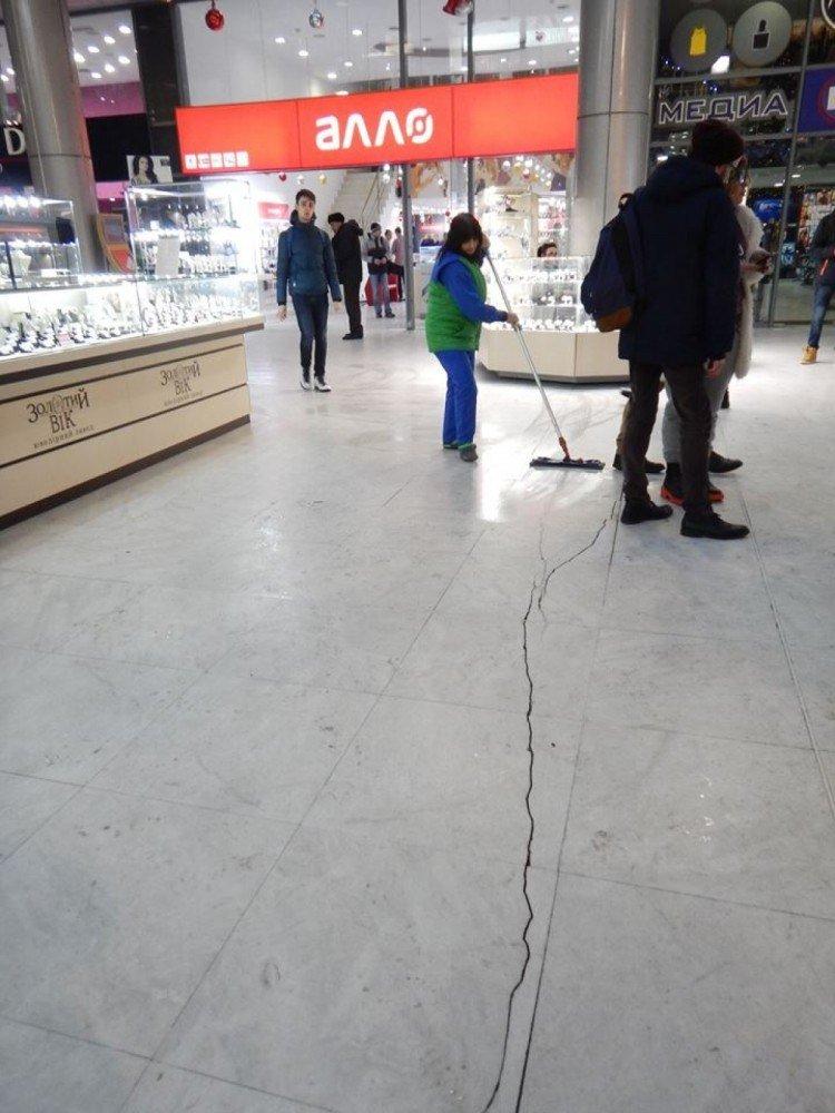 """Соцсети шокировали трещины на полу в одесских """"Афинах"""" (ФОТО), фото-2"""