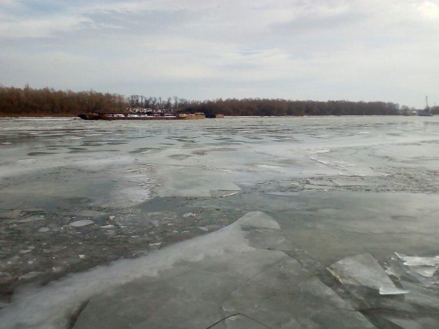 По Дунаю поплыли огромные льдины (ФОТО), фото-1