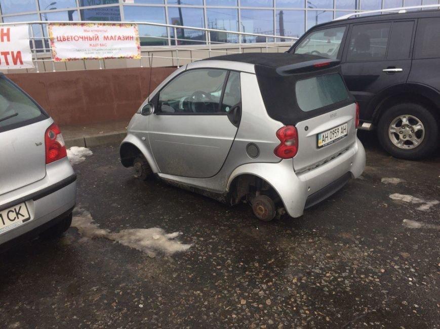 В Одессе возле вокзала автомобиль оставили без колес, фото-1
