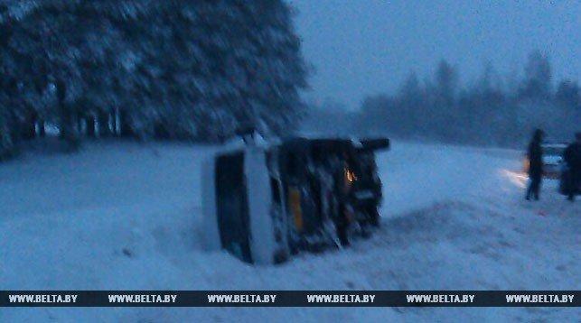 Маршрутка с 14 пассажирами перевернулась под Полоцком: на водителя составили протокол. ФОТО, фото-1