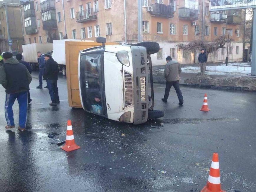 В Одессе перевернулся грузовик, фото-1