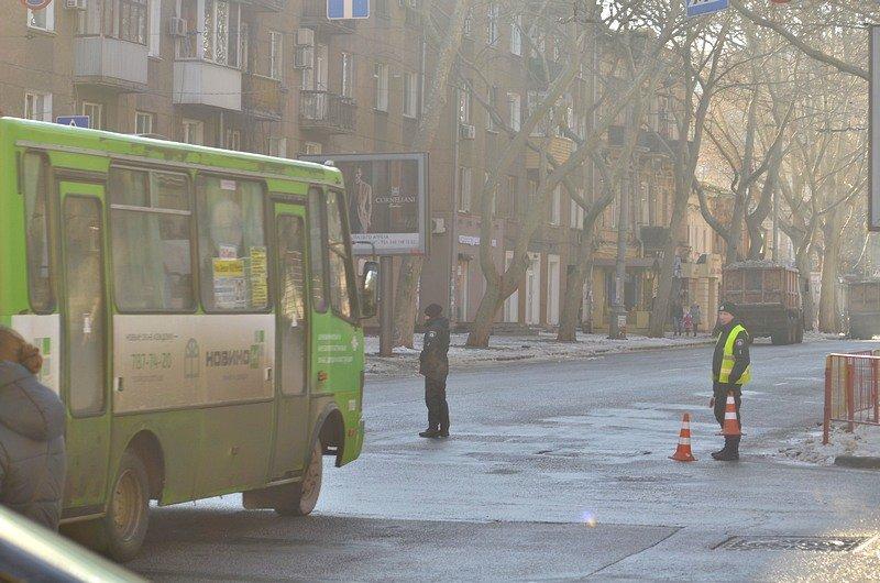 В центре Одессы огромная пробка из-за перекрытия улицы для уборки снега (ФОТО), фото-2