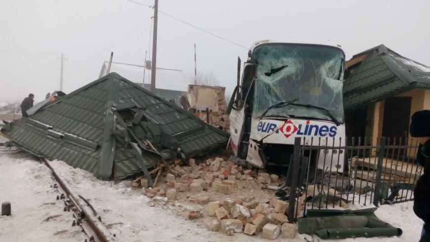 На Буковині водій автобуса влаштував ДТП на залізничному переїзді (ФОТО), фото-5