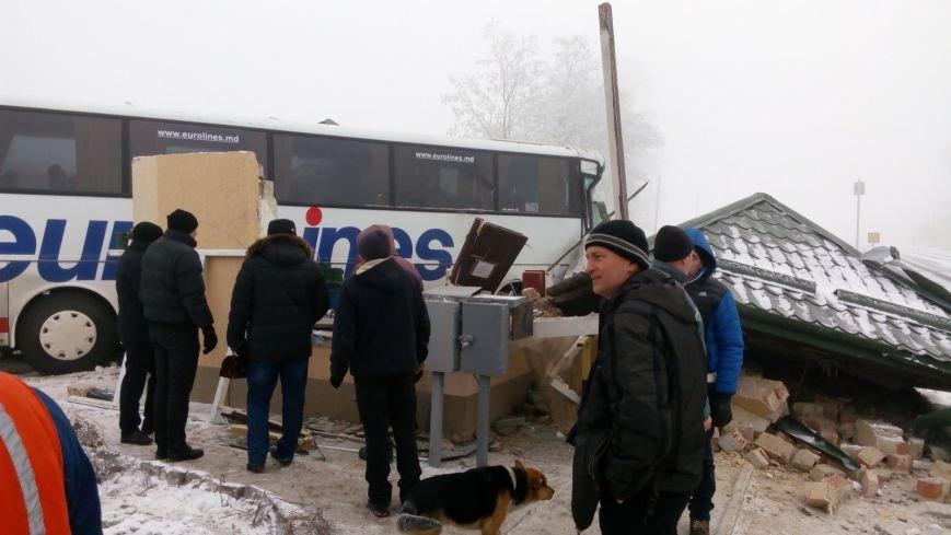 На Буковині водій автобуса влаштував ДТП на залізничному переїзді (ФОТО), фото-6