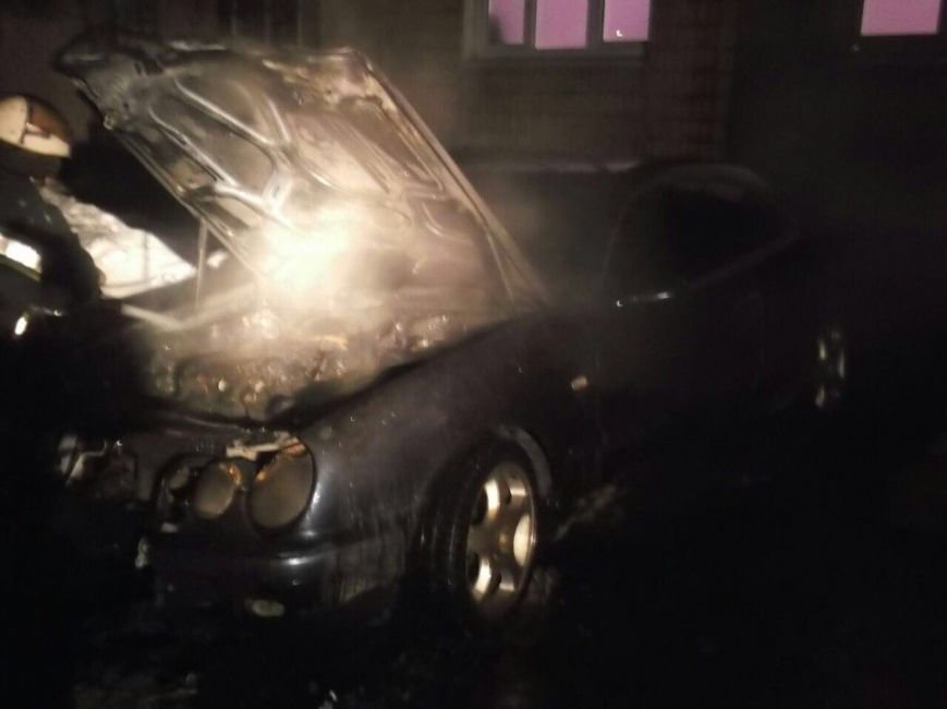 """В течение нескольких часов в Кривом Роге сгорели """"Merсedes"""" и грузовик (ФОТО), фото-2"""