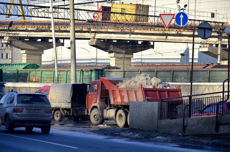 Возле одесского порта коммунальщики набросали снега на дорогу (ФОТО), фото-4