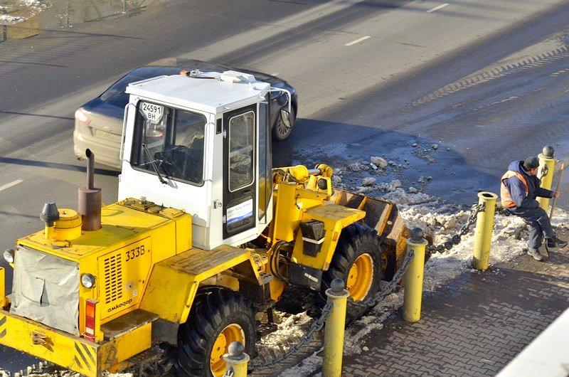 Возле одесского порта коммунальщики набросали снега на дорогу (ФОТО), фото-3