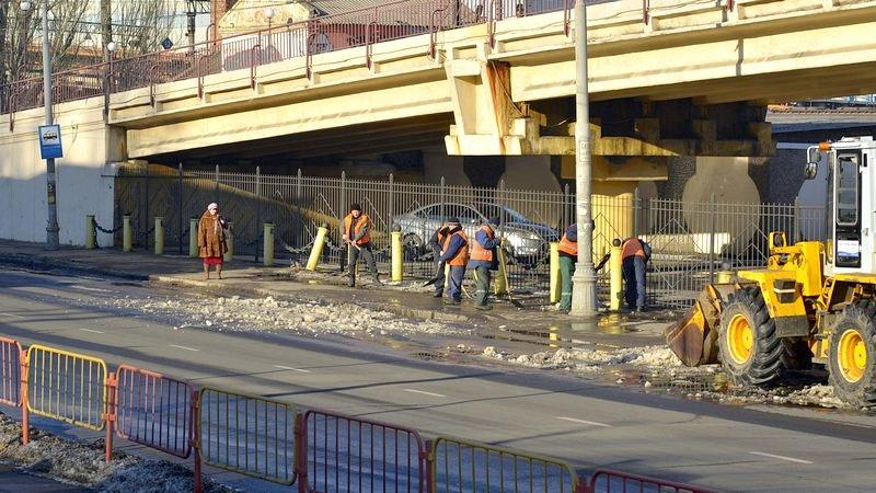 Возле одесского порта коммунальщики набросали снега на дорогу (ФОТО), фото-1
