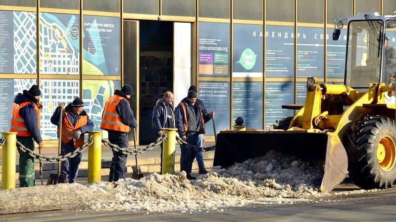 Возле одесского порта коммунальщики набросали снега на дорогу (ФОТО), фото-6