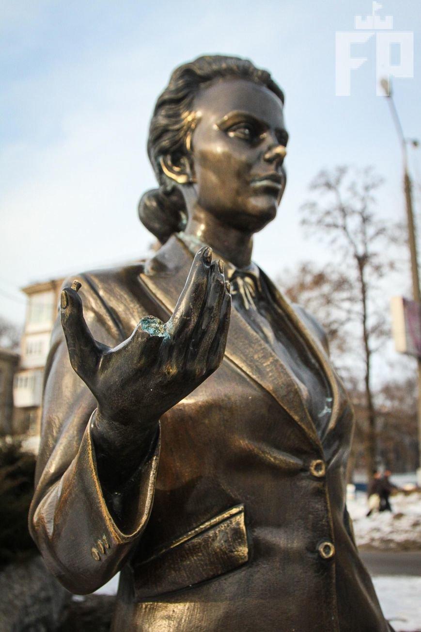 Скульптуре учительницы на бульваре Шевченко в Запорожье оторвали палец, - ФОТОФАКТ, фото-3