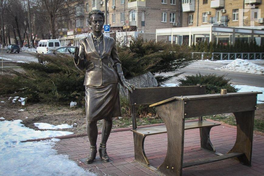 Скульптуре учительницы на бульваре Шевченко в Запорожье оторвали палец, - ФОТОФАКТ, фото-2