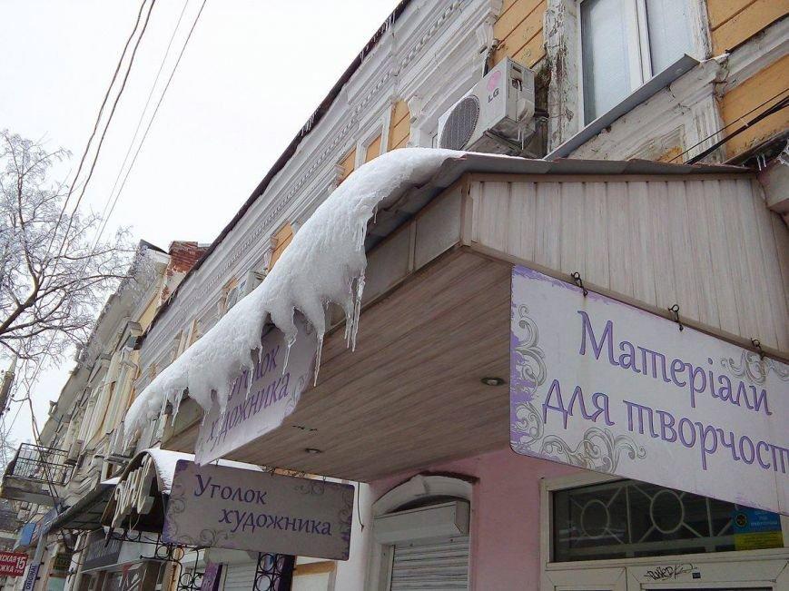 В Сумах с крыш зданий угрожающе свисают сосульки и снежные лавины (ФОТОФАКТ), фото-8