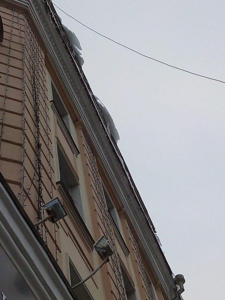 В Сумах с крыш зданий угрожающе свисают сосульки и снежные лавины (ФОТОФАКТ), фото-2