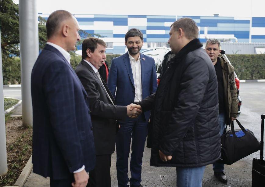 Лидеры ЛНР и ДНР прибыли в Симферополь на празднование годовщины Переяславской рады (ФОТО), фото-1