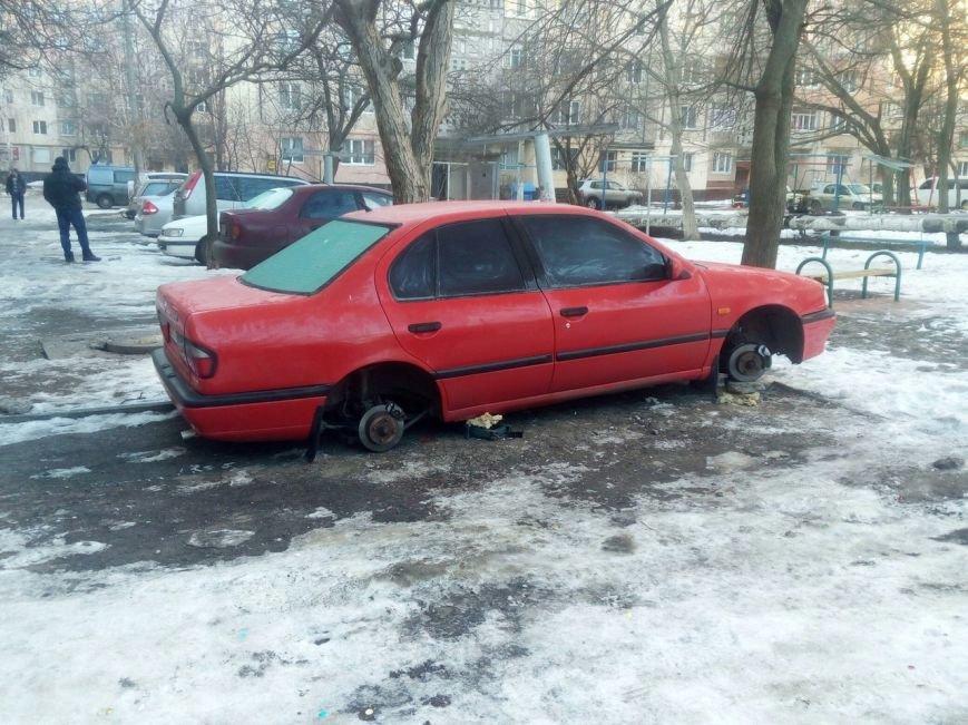 В Одессе иномарку оставили с домкратом и без колес, фото-1