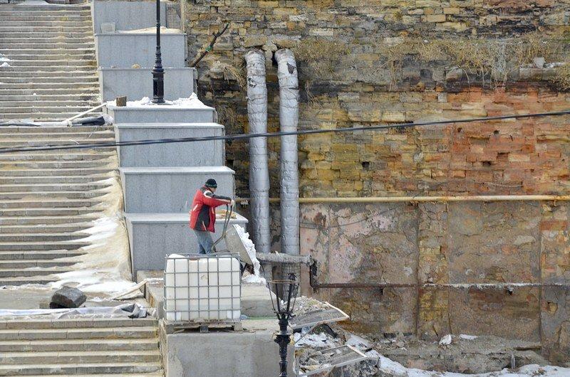 Реставраторы срочно принялись чистить Потемкинскую лестницу от снега (ФОТО), фото-3