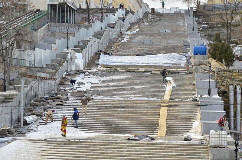 Реставраторы срочно принялись чистить Потемкинскую лестницу от снега (ФОТО), фото-1