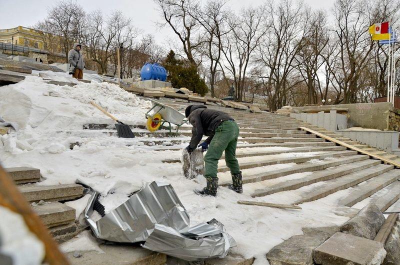 Реставраторы срочно принялись чистить Потемкинскую лестницу от снега (ФОТО), фото-8
