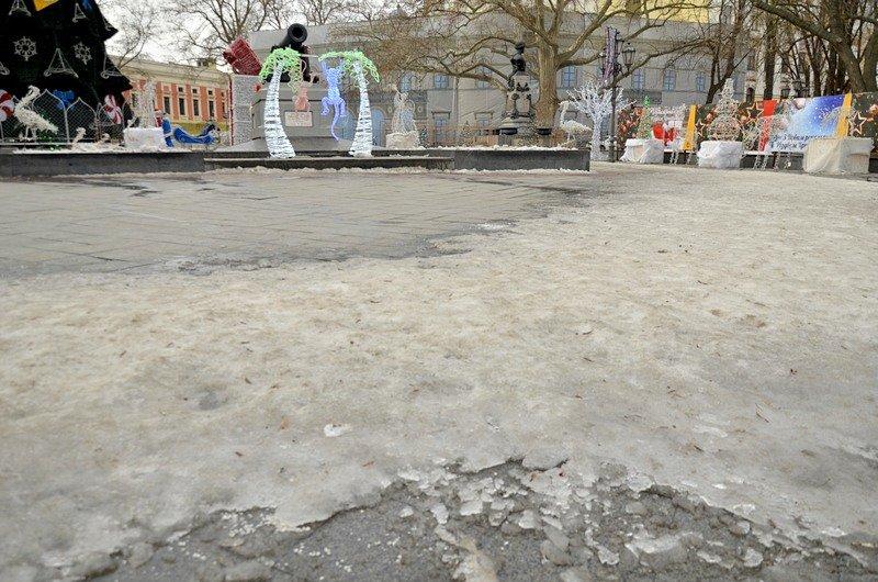 Под окнами Труханова забыли убрать снег (ФОТО), фото-2