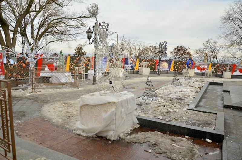 Под окнами Труханова забыли убрать снег (ФОТО), фото-1