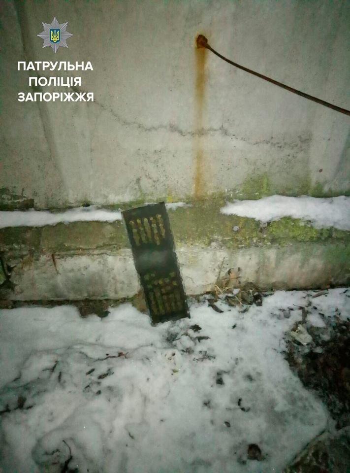 В Запорожье вандалы сняли табличку с памятника героям-моторостроителям, - ФОТО, фото-1