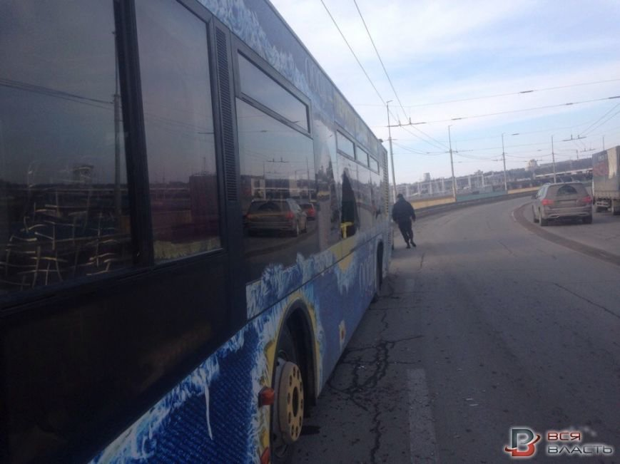 В Запорожье маршрутка зацепила троллейбус, - ФОТО, ВИДЕО, фото-1