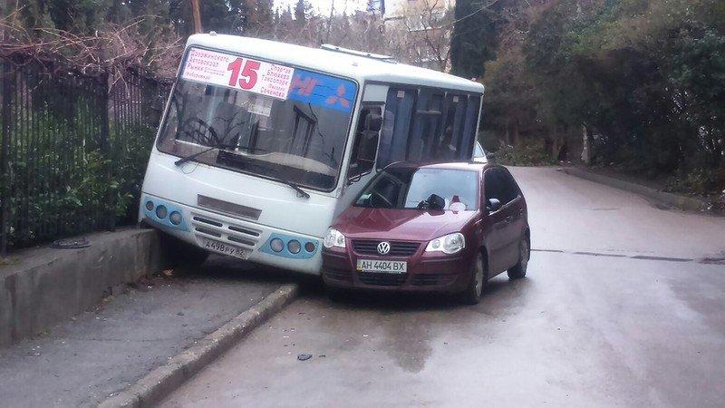 ФОТО: в Ялте произошло ДТП с участием маршрутки №15, фото-2