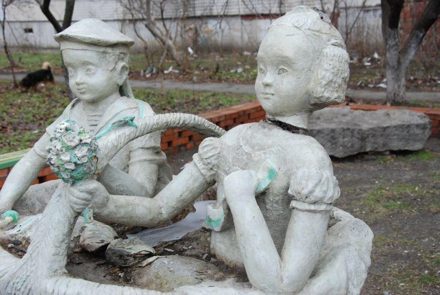 В Бердянске продолжают разрушать памятники, фото-1