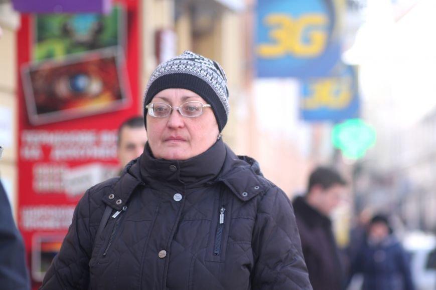 Жінку, яка впала на слизькому тротуарі Корятовича, госпіталізовано до лікарні з травмою голови: фото, фото-1