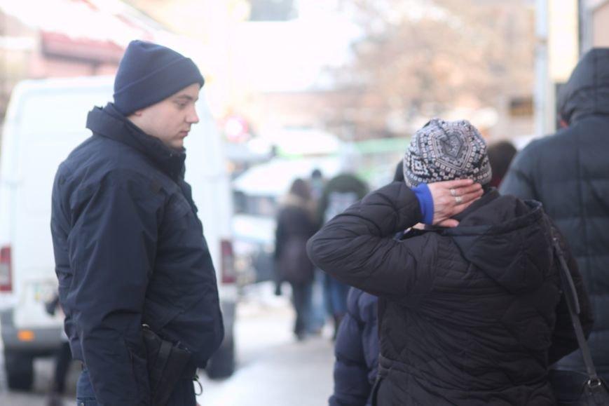 Жінку, яка впала на слизькому тротуарі Корятовича, госпіталізовано до лікарні з травмою голови: фото, фото-2
