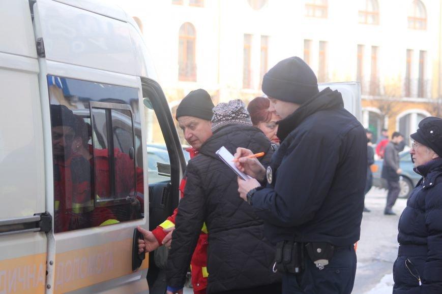 Жінку, яка впала на слизькому тротуарі Корятовича, госпіталізовано до лікарні з травмою голови: фото, фото-4