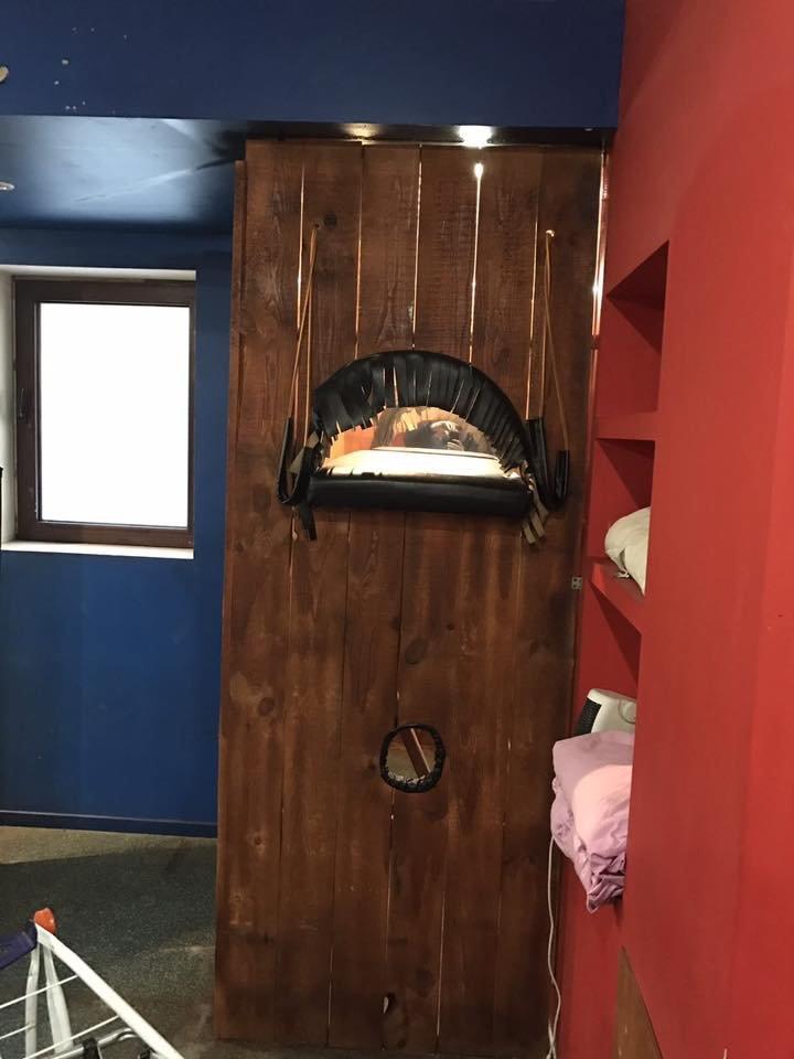 Рояль, неприличные подушки и причудливые секс-приспособления: прокурор опубликовал фото из борделя, фото-9
